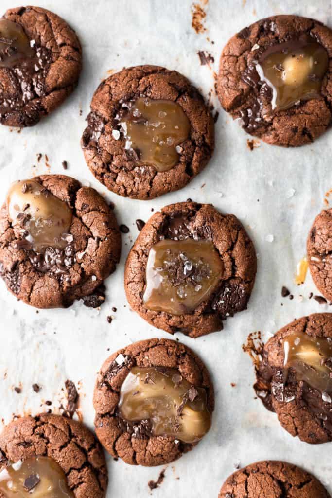 Vegan Chocolate Salted Caramel Cookies #vegancookies #caramelcookies