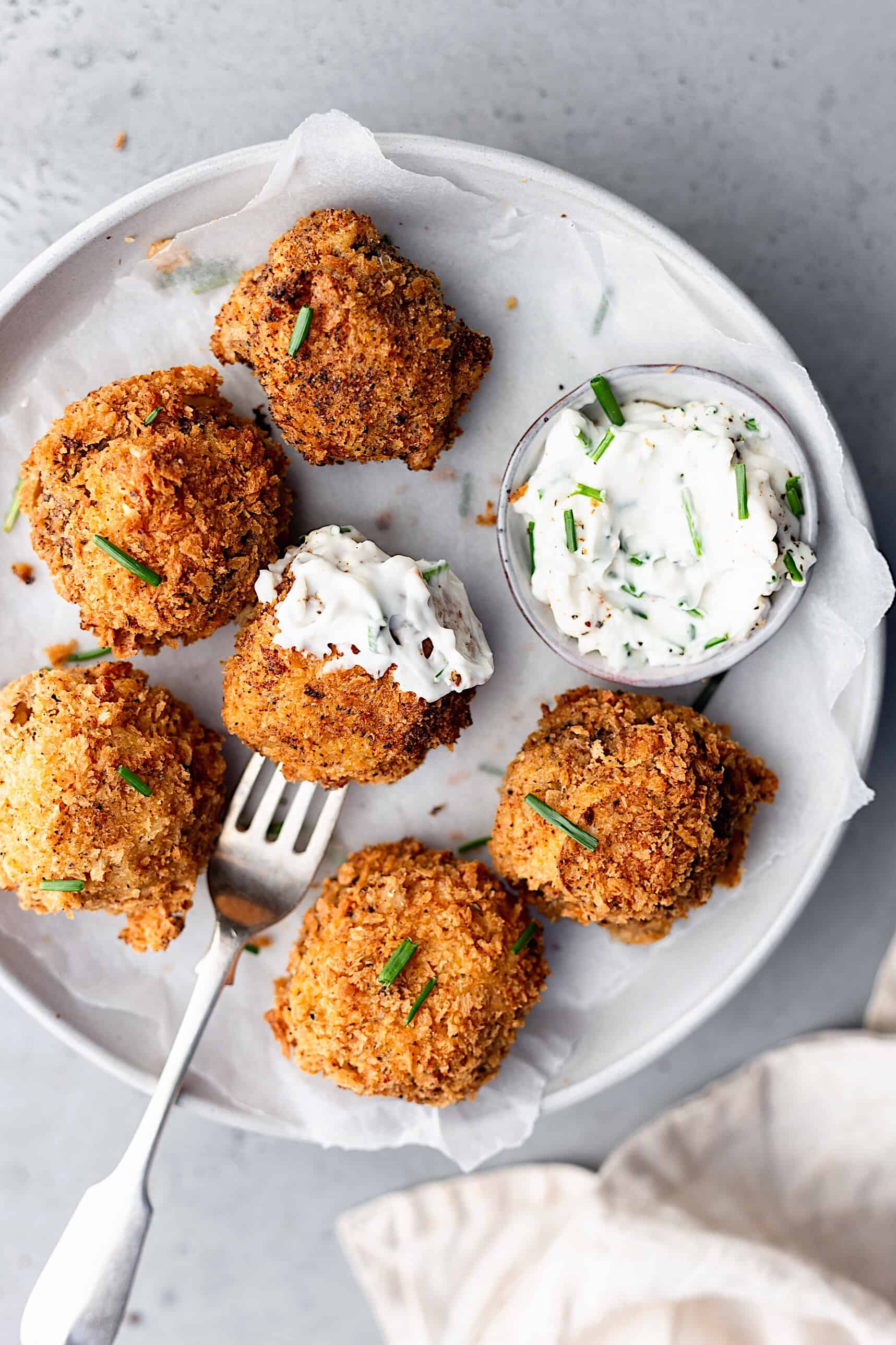 These vegan crispy garlic breaded mushrooms are the New Year's Eve Recipe for a light snack or side dish! They're perfectly crunchy on the outside and juicy and tender on the inside. Served with a simple lemon, chive and mayonnaise dip!