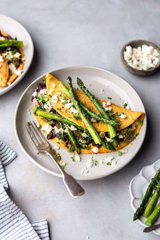 Vegan Asparagus, Pesto and Feta Omelette #vegan #recipe #omelette #chickpea