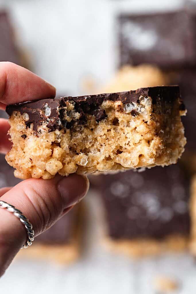 Peanut Butter Chocolate Rice Crispy Bars Bite #peanutbutter #chocolate #ricecrispy #vegan #sweet #recipe