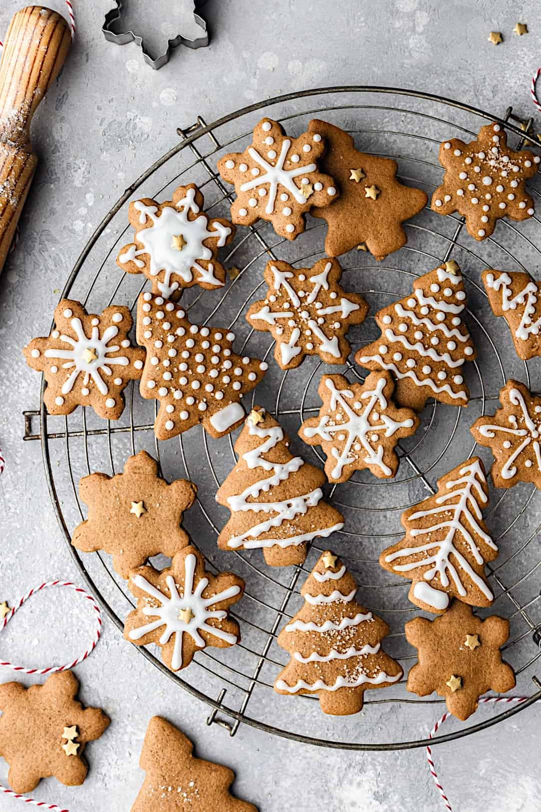 Easy Vegan Gingerbread Cookies #gingerbread #chistmas #vegan #cookies #biscuits #dairyfree