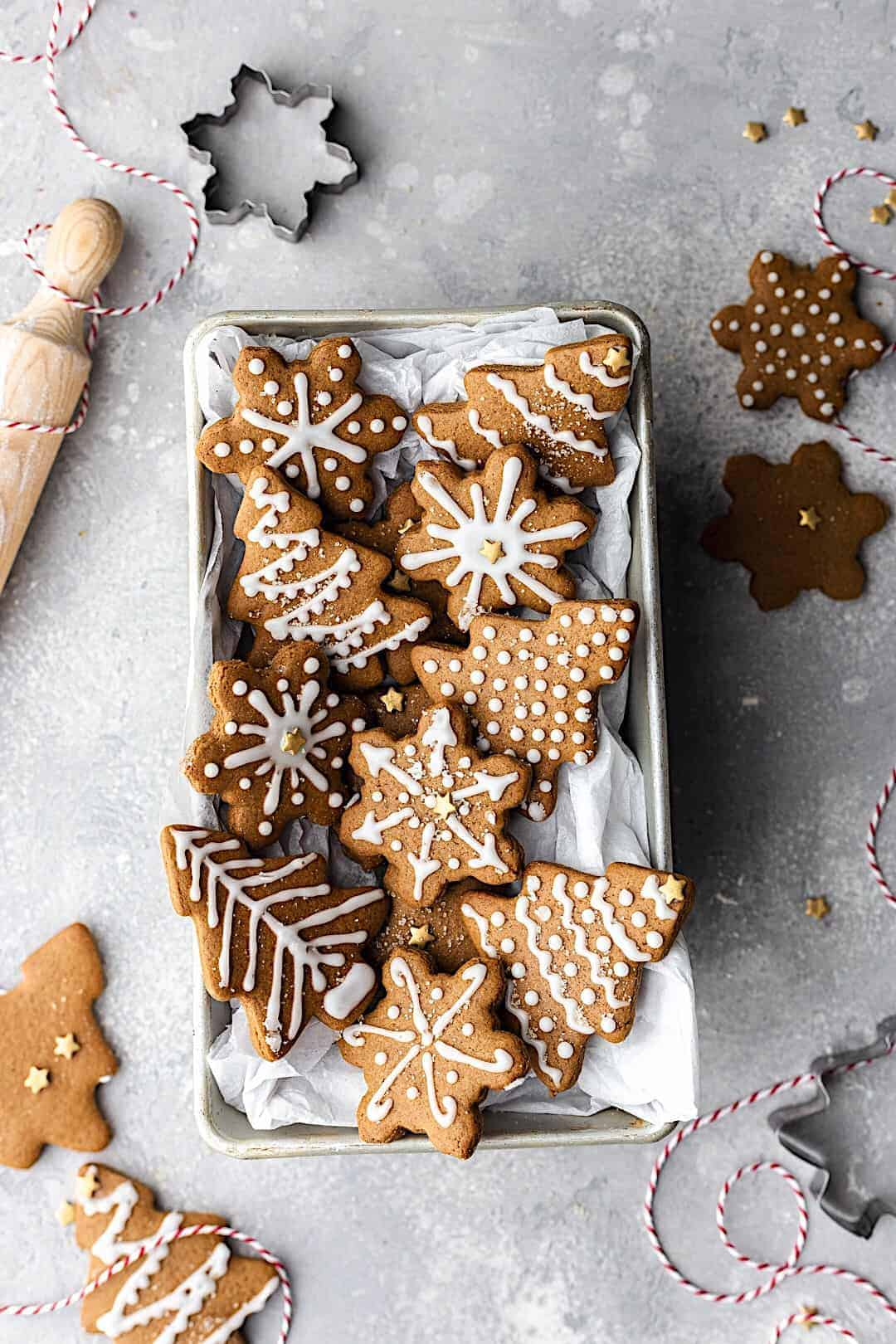 Easy Vegan Gingerbread Cookies #gingerbread #chistmas #vegan #cookies #biscuits #dairyfree