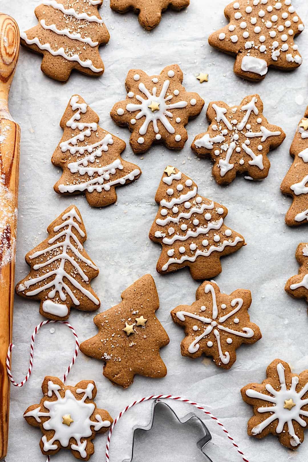 Vegan Iced Gingerbread Cookies #vegan #recipe #gingerbread #christmas #cookies #biscuit