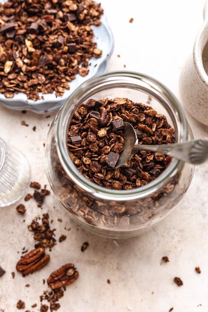 Vegan Chocolate Chip Granola #granola #chocolate #breakfast #healthy #vegan #dairyfree